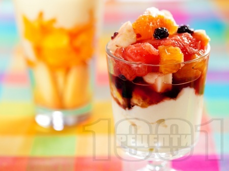 Плодова салата  от портокали, грейпфрути и ябълки с ванилов яйчен крем - снимка на рецептата